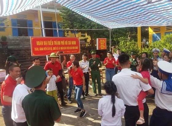 Đoàn đại biểu TPHCM tặng hệ thống lọc nước cho cán bộ, chiến sĩ đảo Hòn Chuối ảnh 2