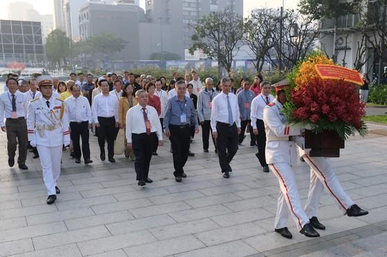 Đoàn đại biểu các dân tộc thiểu số TPHCM dâng hoa Chủ tịch Hồ Chí Minh ảnh 1