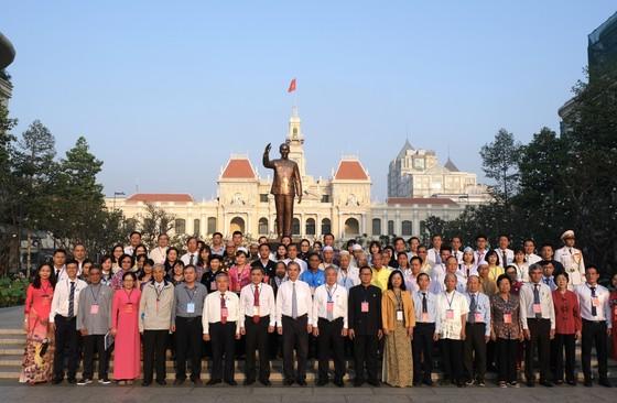 Đoàn đại biểu các dân tộc thiểu số TPHCM dâng hoa Chủ tịch Hồ Chí Minh ảnh 2