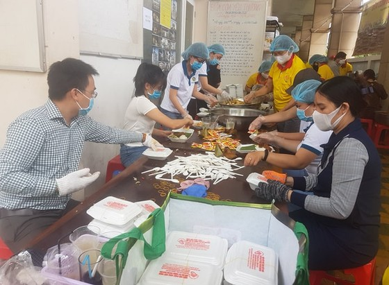 Hơn 90.000 bữa cơm yêu thương giúp người nghèo vượt qua dịch Covid-19 ảnh 2