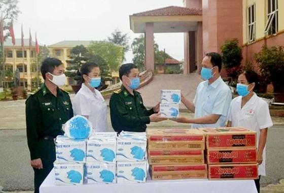 Bộ đội biên phòng tiếp nhận ủng hộ trang thiết bị y tế phòng, chống dịch Covid-19    ảnh 1