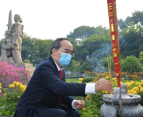 Đoàn lãnh đạo TPHCM dâng hương, dâng hoa tưởng nhớ Chủ tịch Hồ Chí Minh và các anh hùng, liệt sĩ  ảnh 2