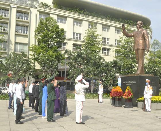 Đoàn lãnh đạo TPHCM dâng hương, dâng hoa tưởng nhớ Chủ tịch Hồ Chí Minh và các anh hùng, liệt sĩ  ảnh 3