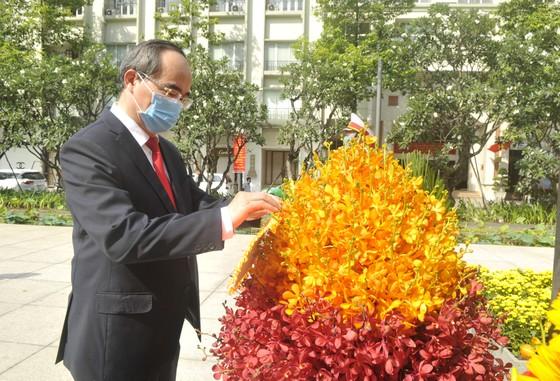 Đoàn lãnh đạo TPHCM dâng hương, dâng hoa tưởng nhớ Chủ tịch Hồ Chí Minh và các anh hùng, liệt sĩ  ảnh 4