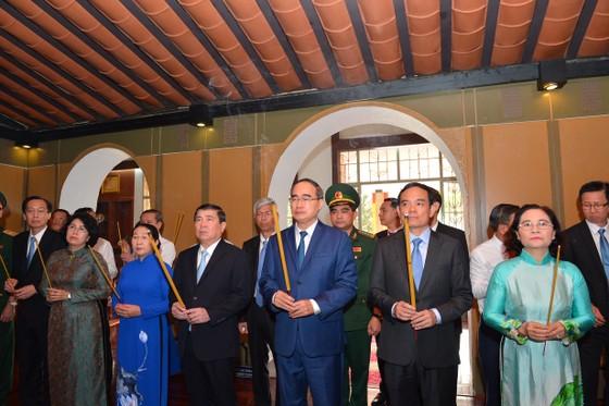 Đoàn lãnh đạo TPHCM dâng hoa, dâng hương tưởng niệm Chủ tịch Hồ Chí Minh ảnh 5