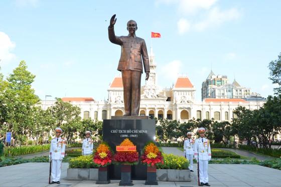 Đoàn lãnh đạo TPHCM dâng hoa, dâng hương tưởng niệm Chủ tịch Hồ Chí Minh ảnh 3
