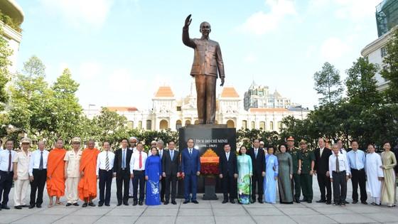 Đoàn lãnh đạo TPHCM dâng hoa, dâng hương tưởng niệm Chủ tịch Hồ Chí Minh ảnh 4