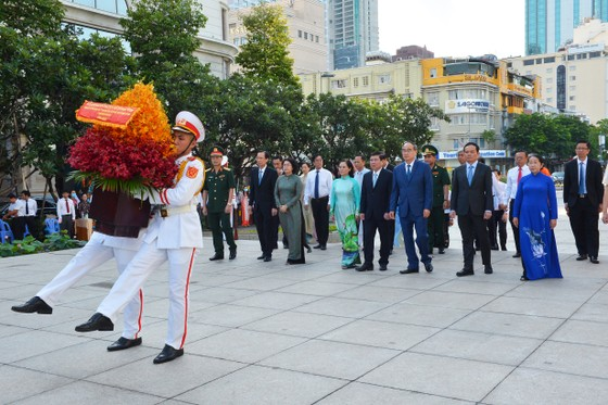Đoàn lãnh đạo TPHCM dâng hoa, dâng hương tưởng niệm Chủ tịch Hồ Chí Minh ảnh 2