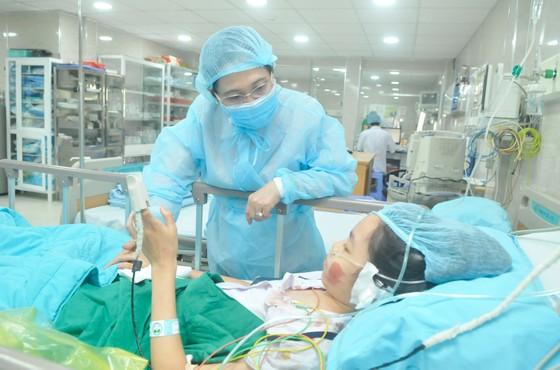 Lãnh đạo TPHCM thăm các em học sinh bị nạn trong vụ cây phượng bật gốc tại Trường THCS Bạch Đằng ảnh 5