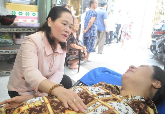 Lãnh đạo TPHCM thăm các em học sinh bị nạn trong vụ cây phượng bật gốc tại Trường THCS Bạch Đằng ảnh 3