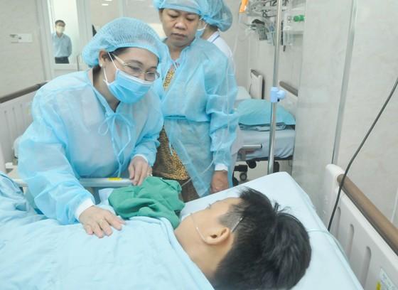 Lãnh đạo TPHCM thăm các em học sinh bị nạn trong vụ cây phượng bật gốc tại Trường THCS Bạch Đằng ảnh 6