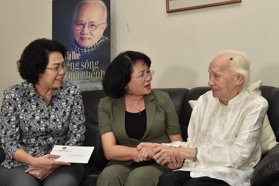 Phó Chủ tịch nước Đặng Thị Ngọc Thịnh thăm các vị lão thành cách mạng thời tiền khởi nghĩa ảnh 1