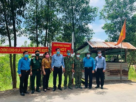 TPHCM thăm, tặng quà lực lượng biên phòng tỉnh Long An tham gia phòng chống dịch Covid-19 ảnh 3