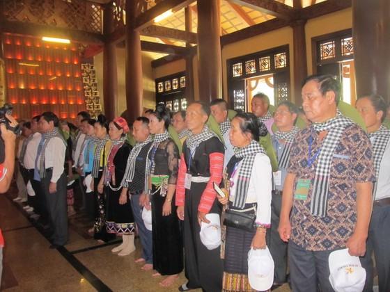 Đoàn đại biểu già làng, trưởng bản tiêu biểu các tỉnh biên giới phía Bắc dâng hương đền Bến Dược     ảnh 1