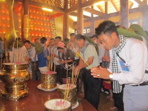 Đoàn đại biểu già làng, trưởng bản tiêu biểu các tỉnh biên giới phía Bắc dâng hương đền Bến Dược     ảnh 2