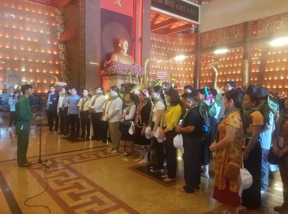 Đoàn đại biểu già làng, trưởng bản tiêu biểu các tỉnh biên giới phía Bắc dâng hương đền Bến Dược     ảnh 3