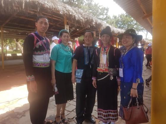 Đoàn đại biểu già làng, trưởng bản tiêu biểu các tỉnh biên giới phía Bắc tham quan biển Vũng Tàu     ảnh 1