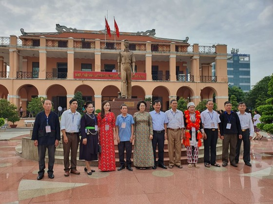 Đoàn đại biểu già làng, trưởng bản tiêu biểu vùng biên giới phía Bắc dâng hương tưởng niệm Chủ tịch Hồ Chí Minh ảnh 2