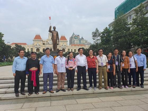 Đoàn đại biểu già làng, trưởng bản tiêu biểu vùng biên giới phía Bắc dâng hương tưởng niệm Chủ tịch Hồ Chí Minh ảnh 3