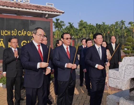 Đoàn lãnh đạo Trung ương và TPHCM dâng hương Di tích Ngã Ba Giồng    ảnh 1