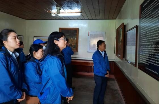 Đoàn cán bộ dân vận tiêu biểu TPHCM dâng hương tại Nghĩa trang liệt sĩ Đắk Lắk      ảnh 4