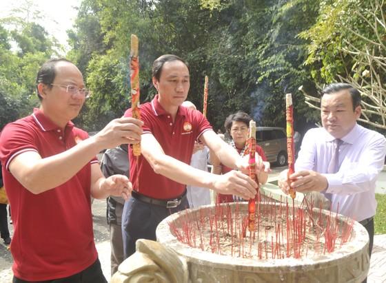 Dâng hương kỷ niệm 60 năm Ngày thành lập Mặt trận Dân tộc giải phóng miền Nam Việt Nam ảnh 1