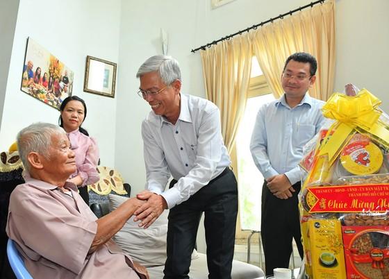 Lãnh đạo TPHCM thăm, chúc tết các Mẹ Việt Nam anh hùng, gia đình chính sách ảnh 1