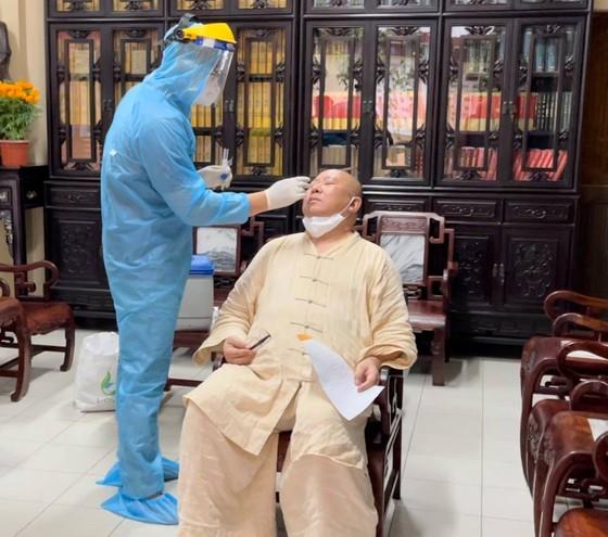 Lấy mẫu xét nghiệm những người có liên quan tại chùa Viên Giác, quận Tân Bình ảnh 1
