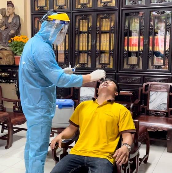 Lấy mẫu xét nghiệm những người có liên quan tại chùa Viên Giác, quận Tân Bình ảnh 2
