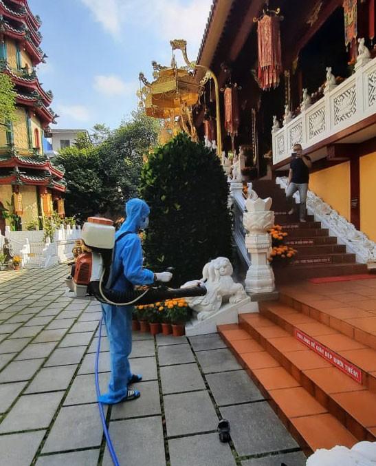 Phun sát khuẩn toàn bộ chùa Viên Giác, quận Tân Bình ảnh 1