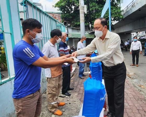 Lãnh đạo Thành ủy TPHCM thăm, động viên các hộ dân bị mất nhà trong vụ cháy ở quận 8 ảnh 1