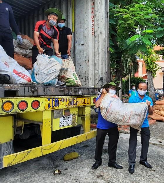 Tiếp nhận những 'Chuyến hàng nghĩa tình' của tỉnh An Giang gửi người dân TPHCM     ảnh 2