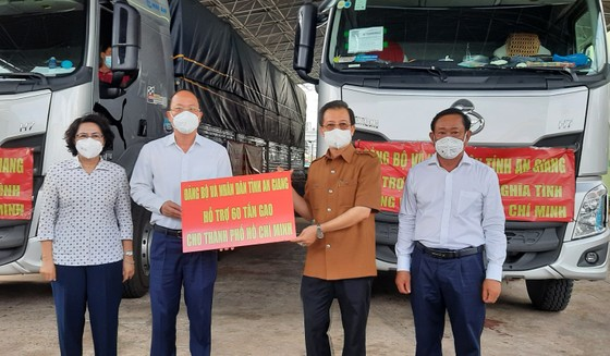 Tiếp nhận những 'Chuyến hàng nghĩa tình' của tỉnh An Giang gửi người dân TPHCM     ảnh 1