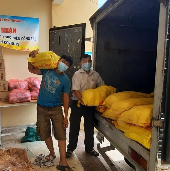 Hơn 1.000 phần quà hỗ trợ công nhân lao động trong các khu trọ  ảnh 4
