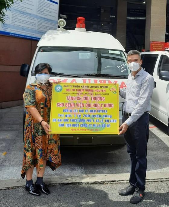 Bệnh viện Đại học Y dược TPHCM tiếp nhận 2 xe cứu thương ảnh 1