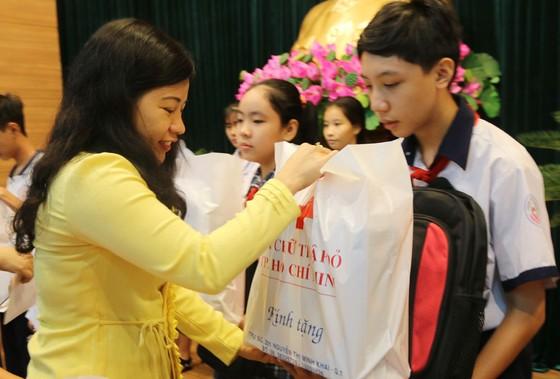 """Trao """"Trợ cấp học tập"""", tặng học bổng cho 94 học sinh nghèo hiếu học ảnh 1"""