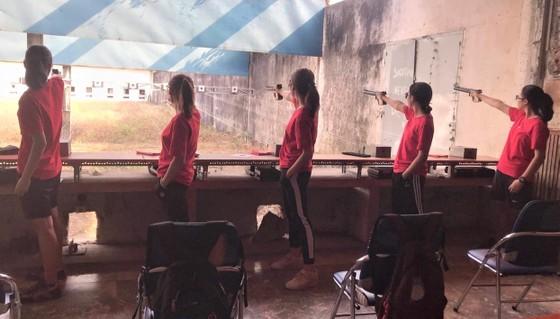 Các nữ xạ thủ tập luyện chuyên môn tại trường bắn. Ảnh: NGUYỄN ANH