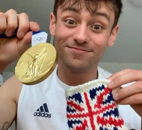 Tom Daley đã tự đan chiếc túi nhỏ bằng len để bảo vệ tấm HCV Olympic