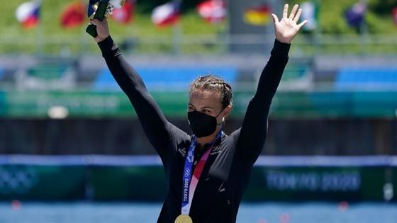 Chỉ trong một ngày thi đấu, Lisa Carrington đã giành được cả 2 HCV đua thuyền kayak