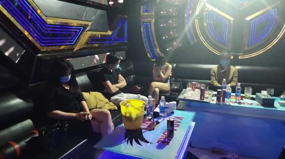 Bắt quả tang 10 nam nữ 'bay lắc' trong quán karaoke ở Bình Phước ảnh 1
