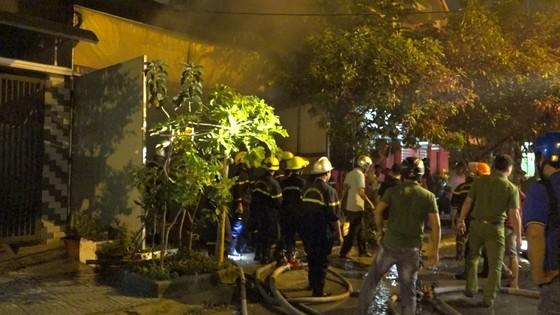 Đà Nẵng: Cháy kho hàng, hai xe tải bị thiêu trụi ảnh 1