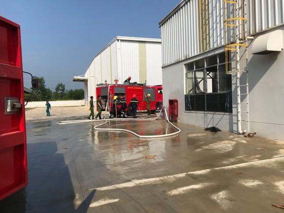 Cháy kho nhà máy bao bì, 2 công nhân bị ngạt khói ảnh 2