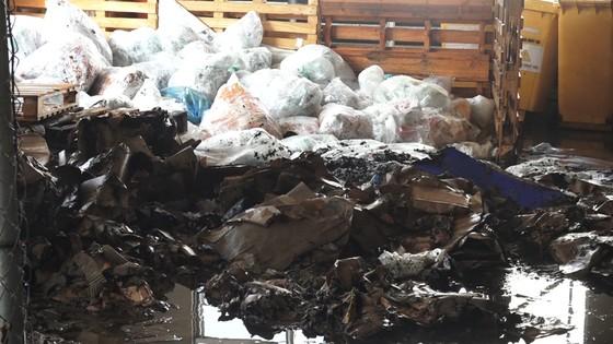 Cháy kho nhà máy bao bì, 2 công nhân bị ngạt khói ảnh 1