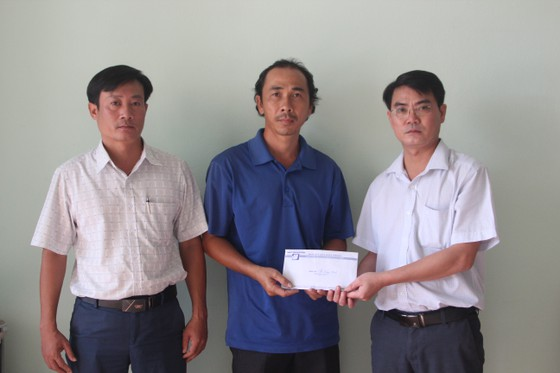 Báo SGGP trao tiền hỗ trợ gia đình chị Oanh  ảnh 1