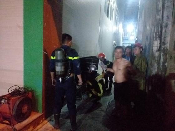 Cứu 3 người mắc kẹt trong đám cháy ở Đà Nẵng ảnh 1