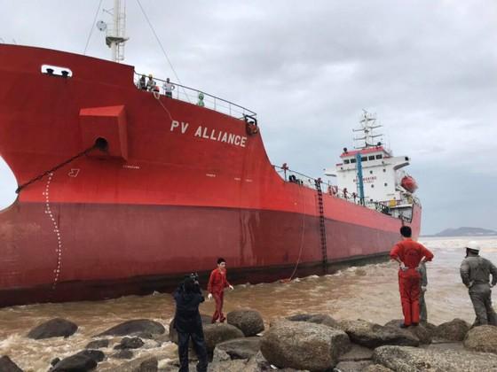 Lên phương án sự cố tràn dầu cho tàu 5.000 tấn bị mắc cạn ảnh 1