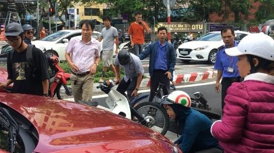 Đà Nẵng: Ô tô tông hàng loạt xe máy dừng chờ đèn đỏ ảnh 1