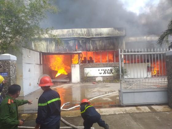 Hàng trăm người căng mình dập đám cháy lớn tại xưởng gỗ ảnh 1