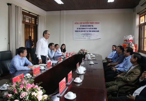 Lãnh đạo TPHCM làm việc, tặng quà tết tại Quảng Nam và Đà Nẵng ảnh 2