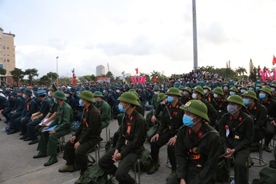 Hơn 1.000 thanh niên Đà Nẵng hăng hái lên đường nhập ngũ ảnh 1